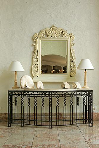 La simmetria e un arredo dal gusto classico: chi non vorrebbe una composizione così nel proprio ingresso, sul corridoio o in soggiorno?