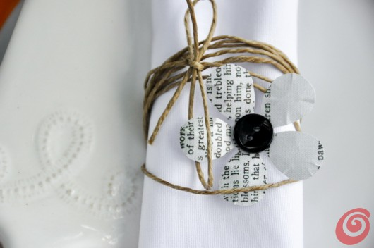 Il fiore in carta stampata per il tovagliolo in tela bianca: la tavola decorata per il matrimonio in arancio