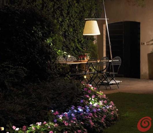 La lampada per l'illuminazione del giardino estivo