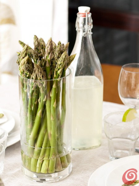La tavola decorata con gli asparagi