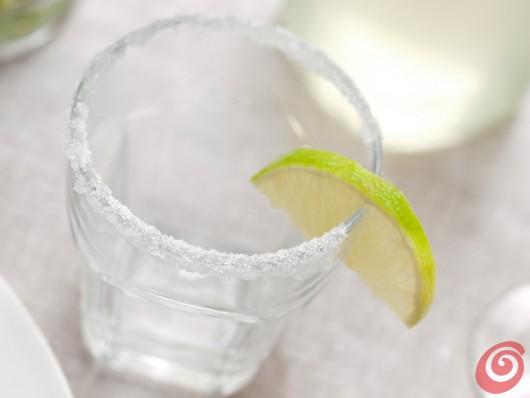 Il bicchiere decorato con lo zucchero e il limone