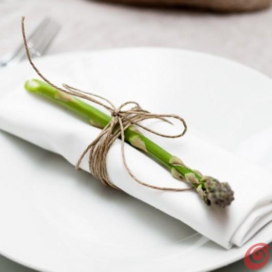 Il posto tavola decorato con gli asparagi