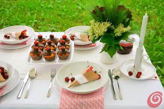 La tavola decorata con le ciliegie