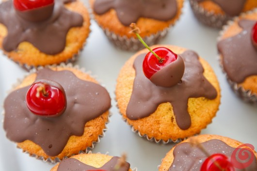 I muffin decorati con il cioccolato e le ciliegie
