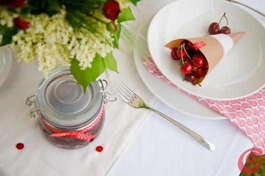 Decorazione per la tavola con le ciliegie