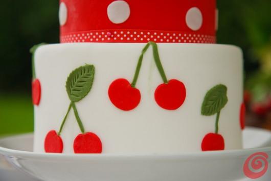 La torta per la decorazione fai da te per la tavola alle ciliegie