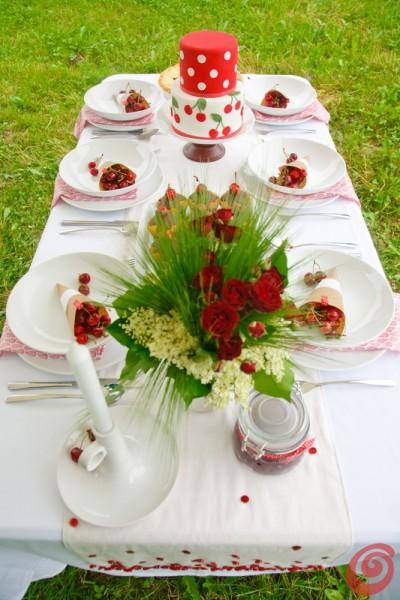 Il bouquet con le rose rosse, il sambuco, l'edera e le spighe di grano