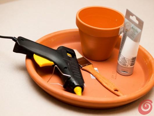Il materiale necessario per realizzare il portadolci in terracotta