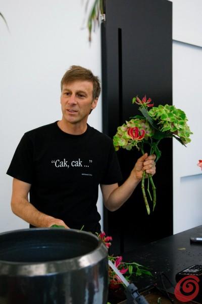 Il fiorista Jakoncic con una sua creazione