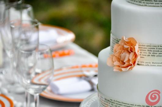 La tovaglia bianca e la torta per il matrimonio in arancio