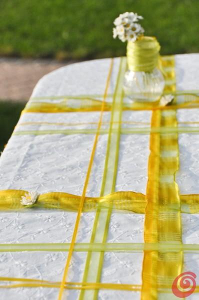 La tavola decorata con i fermatovaglia colorati.