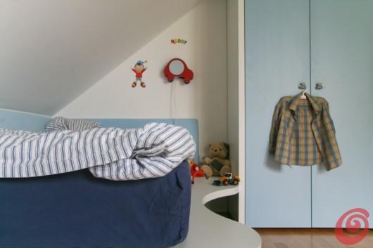 Lo spazio sopra il letto per riporre i libri e il materiale scolastico