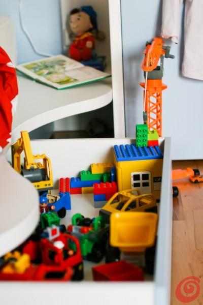 Il cassetto sotto il letto è molto pratico per riporre i giocattoli