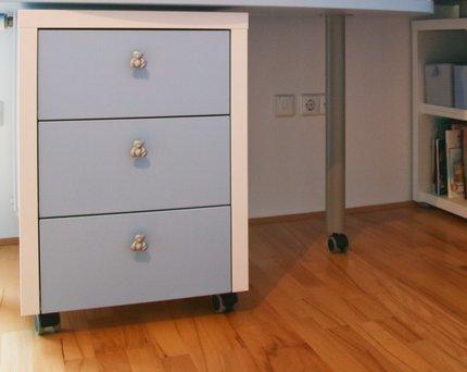 La cassettiera sotto la scrivania per riporre gli oggetti