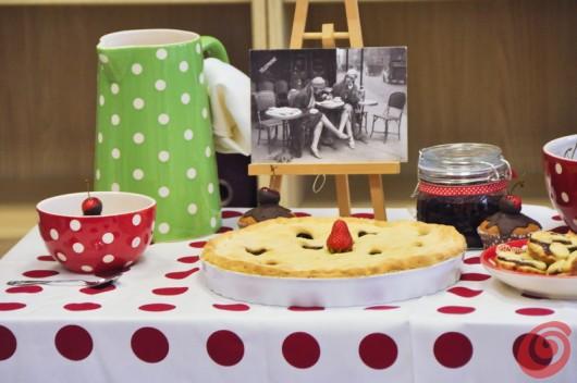 La foto in bianco e nero è un'idea originale per decorare la tavola