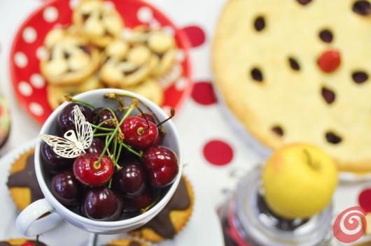 Le ciliegie e i muffin sull'alzata portadolci presentata sul nostro portale