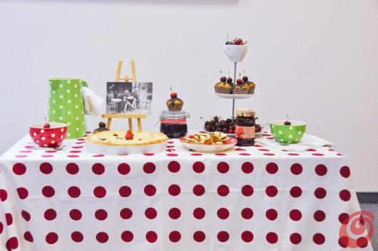 La tavola decorata con ciliegie e pois, che botta di allegria!