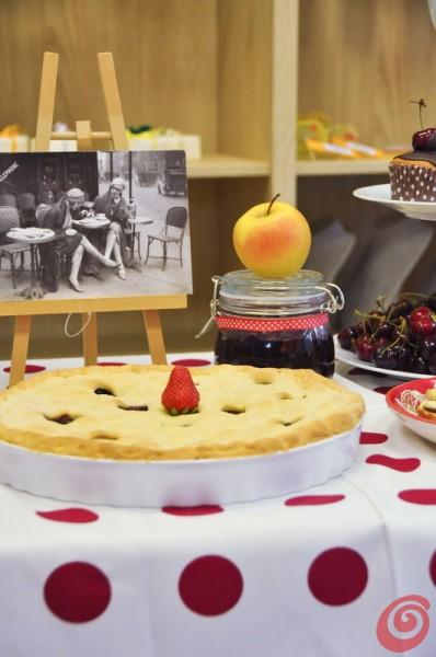 Una foto sul cavalletto è un'idea originale per decorare la tavola alle ciliegie – quanti ricordi!