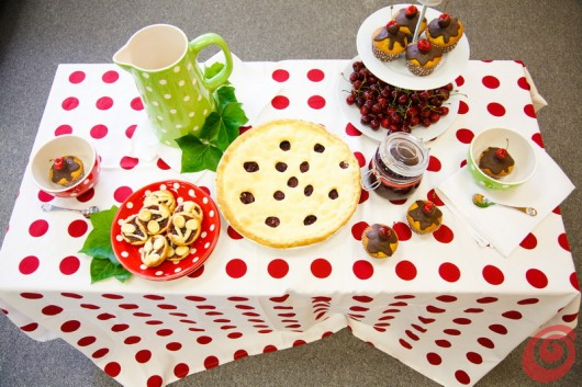 La tavola tutta intonata alle ciliegie e anche, perché no, al tifo per la nazionale: rosso, bianco e verde sono i colori che dominano sulla tavola decorata di Pippi