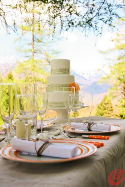 Il verde incornicia la decorazione per la tavola del matrimonio in arancio