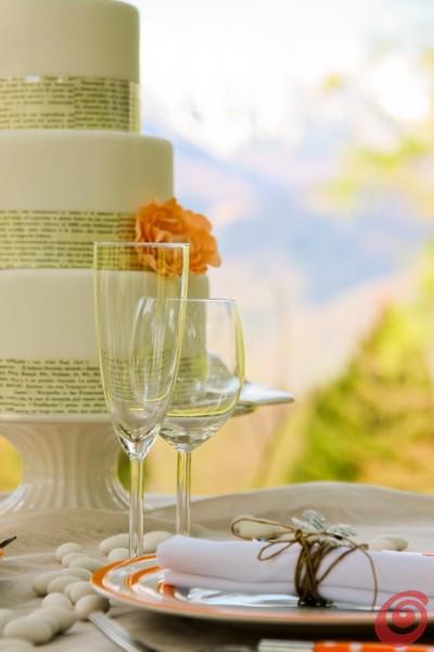 La torta sulla tavola decorata per il matrimonio in arancio