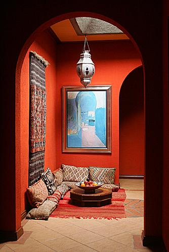 La zona conversazione o meditazione arredata con i tappeti e i cuscini tipici dei bazar