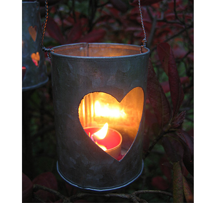 Le lattine si prestano a trasformarsi in lanterne