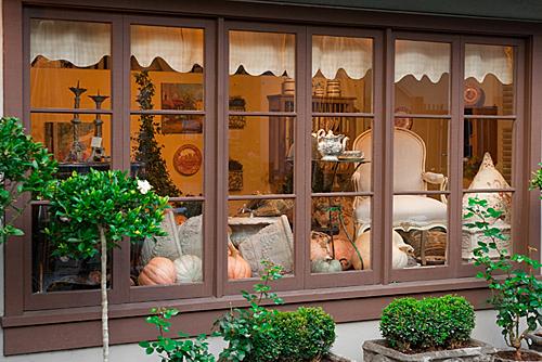 Carmel by the Sea offre tanti spunti per la decorazione delle vetrine