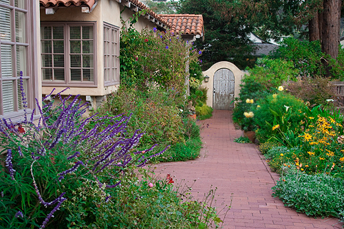 Nel giardino sono state create delle sapienti composizioni di piante perenni che danno l'idea di trovarsi in un luogo incantato.