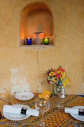 La semplice nicchia e la decorazione con le candele accompagnate dalla tovaglia alla provenzale, rendono questo ambiente molto accogliente e intimo.