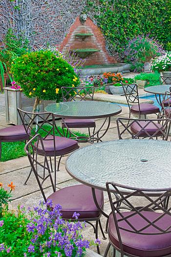L'arredo esterno di un caffé arredato nei toni del viola e curato fino al minimo dettaglio. Anche i fiori sono viola!