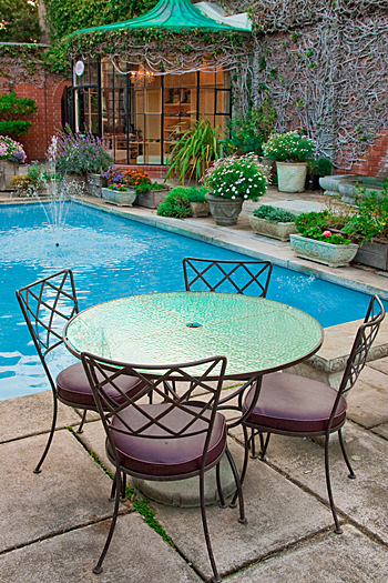 L'arredo esterno di un bar e il giardino con piscina