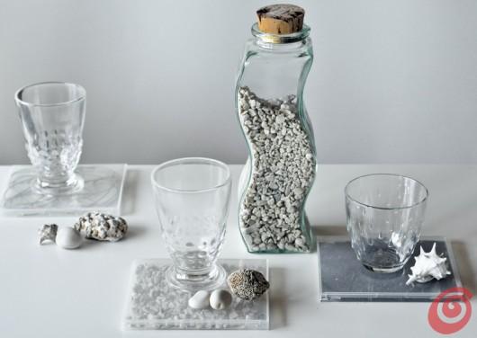 La tavola decorata con i sottobicchieri in materiale riciclato.