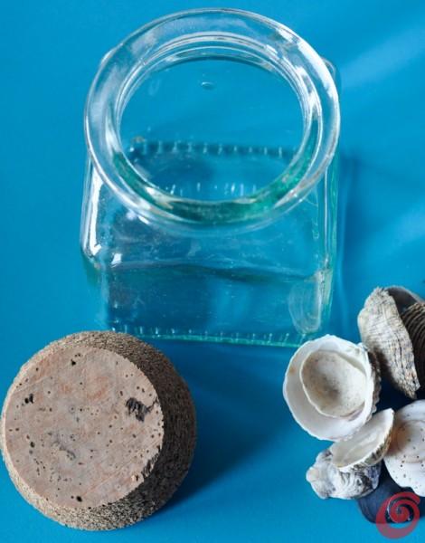 Un vasetto di vetro per mettere in mostra gli oggetti minuti portati dalle vacanze