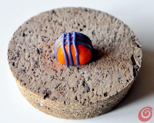 Una formina di pasta polimerica che farà da pomolo sui vasetti per i ricordi delle vacanze