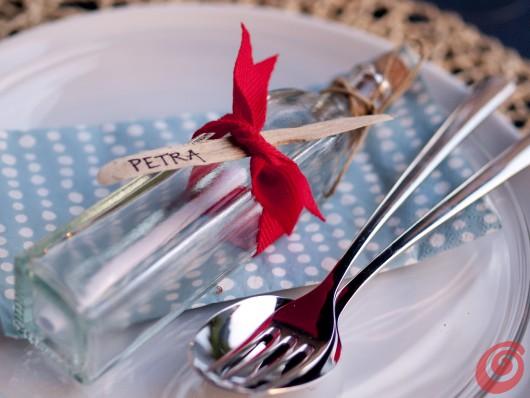La bottiglia col messaggio si trasforma in un segnaposto alla marinara sulla nostra tavola apparecchiata.