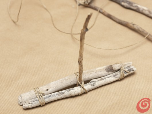 La struttura per la barchetta a vela per la decorazione della tavola apparecchiata in stile marinaro.
