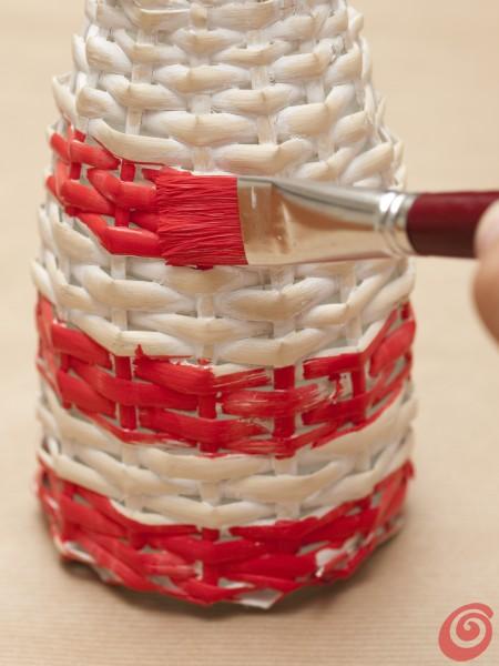 Le strisce colorate sulla bottiglia che farà da faro sulla nostra tavola decorata e apparecchiata alla marinara.