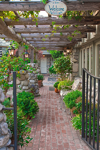 L'ingresso di un giardino accogliente e gradevole, gli arredi esterni danno la sensazione di essere entrati in una favola