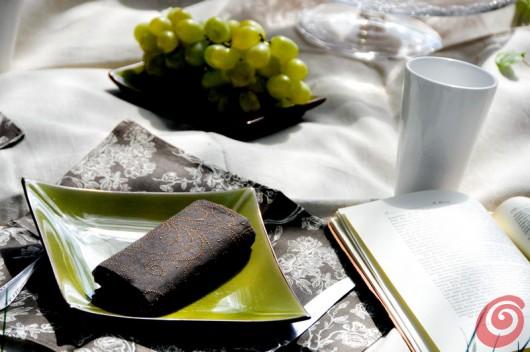 I piatti e i tovaglioli preziosi richiamano un'atmosfera ricercata e intima per il picnic di classe.