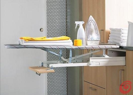 Un'idea pratica per l'asse da stiro, per una lavanderia arredata davvero completa.