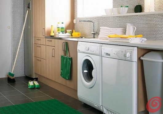 Una lavanderia semplice, ma con un arredamento che risponde a tutte le esigenze.
