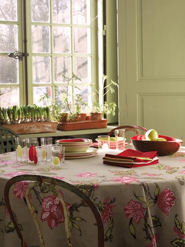 I vasi in terracotta, abbinati ai bulbi di giacinto, riprendono i colori della tavola.