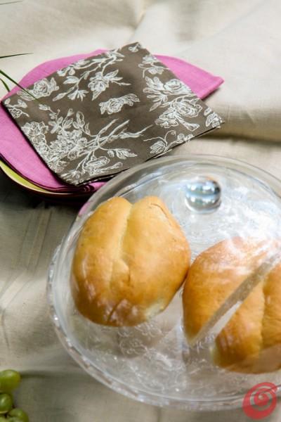I tovaglioli decorati e le stoviglie eleganti fanno di un picnic un avvenimento di classe.