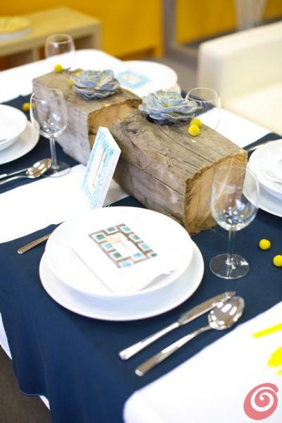 Il blu e il giallo si presentano in varie versioni: fiori, cornici, tovaglie per la decorazione fai da te dell'estate.