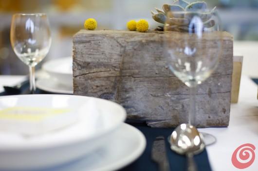 La trave di legno e l'echeveria - un tocco insolito per la decorazione fai da te per la tavola apparecchiata estiva.