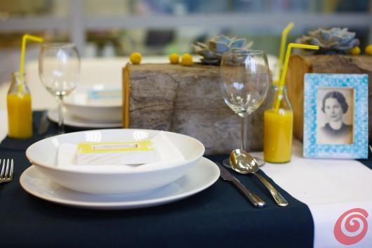 La decorazione fai da te per la tavola apparecchiata giallo-blu dell'estate.