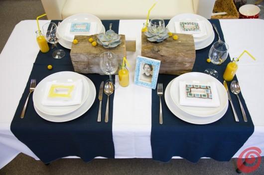 La zia Angela incorniciata dal blu e dal giallo sulla tavola decorata nel segno della crisi.