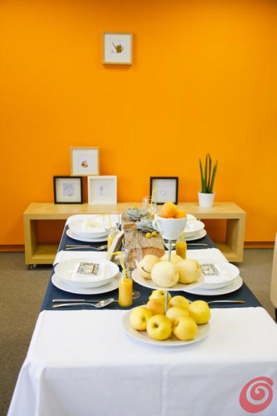 Il giallo e l'arancio prevalgono sul blu, e l'estate si fa più allegra con la tavola decorata in giallo e in blu.