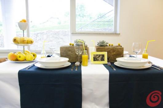 Il giallo si propone anche nella frutta, per la decorazione fai da te giallo-blu dell'estate in crisi.